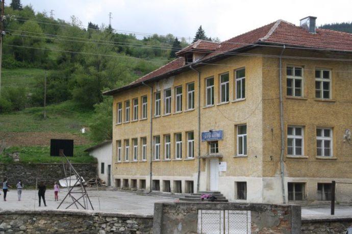 Училището в с. Забърдо