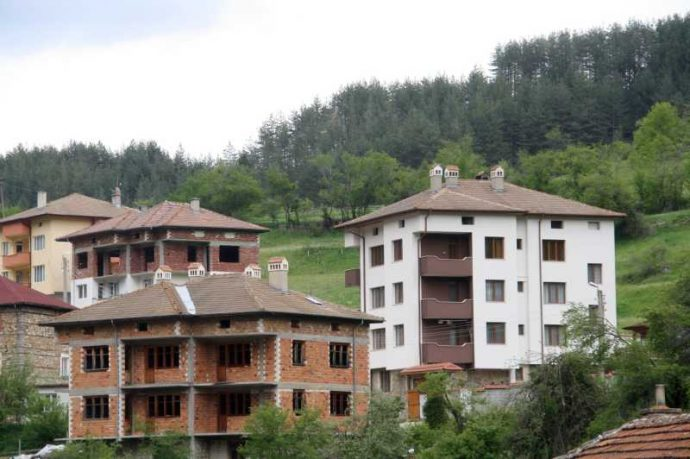 Нови къщи и хотели никнат в с. Забърдо.