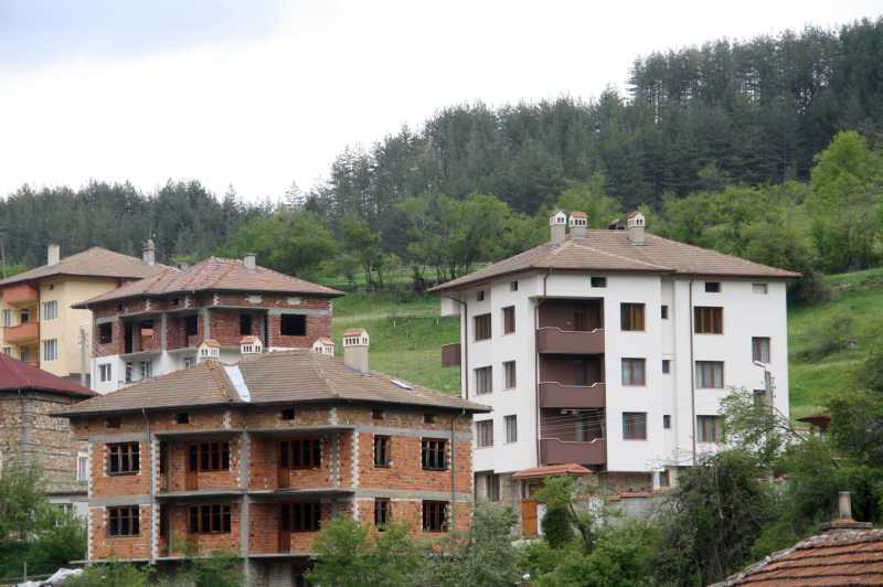 Все повече нови къщи в Забърдо
