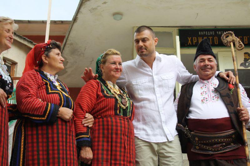 """""""Евробаби"""" посрещат поредния политик в Забърдо."""