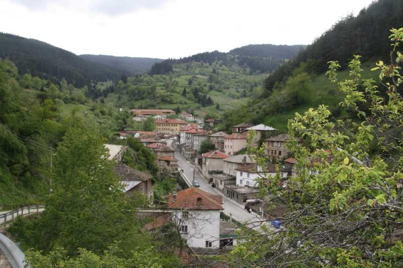 Село Забърдо през пролетта