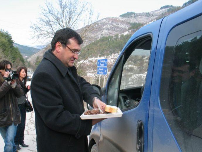 Славчо Атанасов дава курбан против пътни произшествия на главния път Смолян – Пловдив при разклона за с. Забърдо