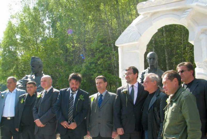 Гостите на откриването на скулптурата на родопското гостоприемство.