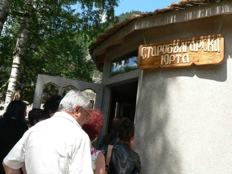 Туристите са любопитни от домашната атмосфера на предците.