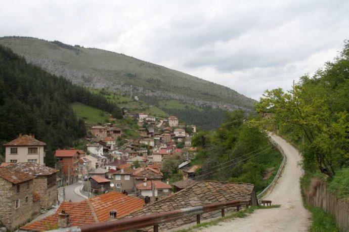 Село Забърдо е сгушено в пазвите на планината