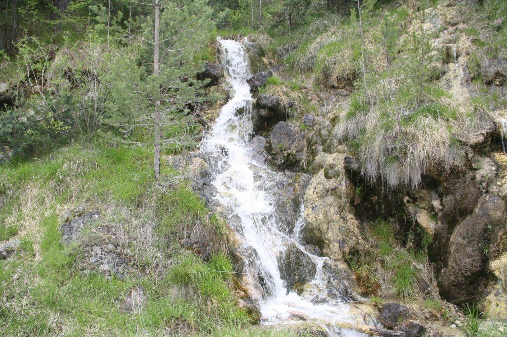 Водичка скача по скалите по пътя за Забърдо.