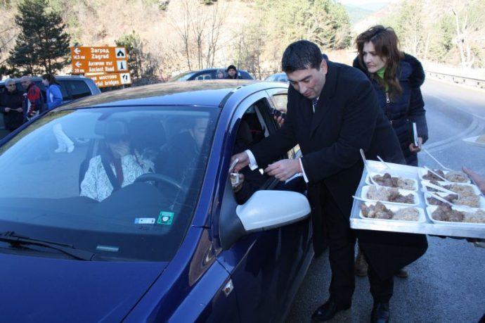 Всеки преминаващ по главния път за Смолянско получава от курбана иницииран всяка година от Валентин Черпоков.
