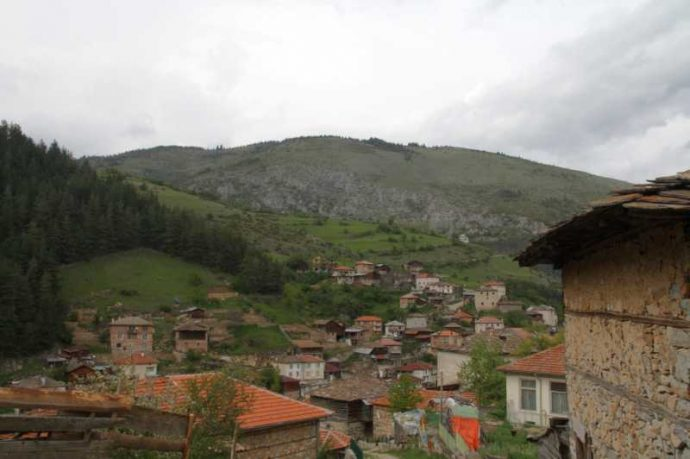 Село Забърдо е в диплите на планината като в прегръдка.