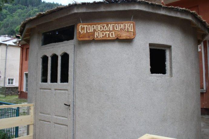 Старобългарската юрта в центъра на Забърдо
