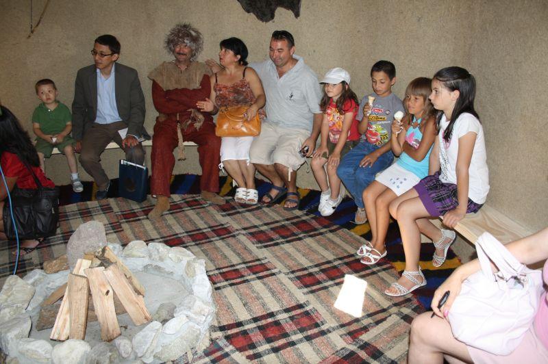 Откриването на старобългарската юрта събра много любопитни.