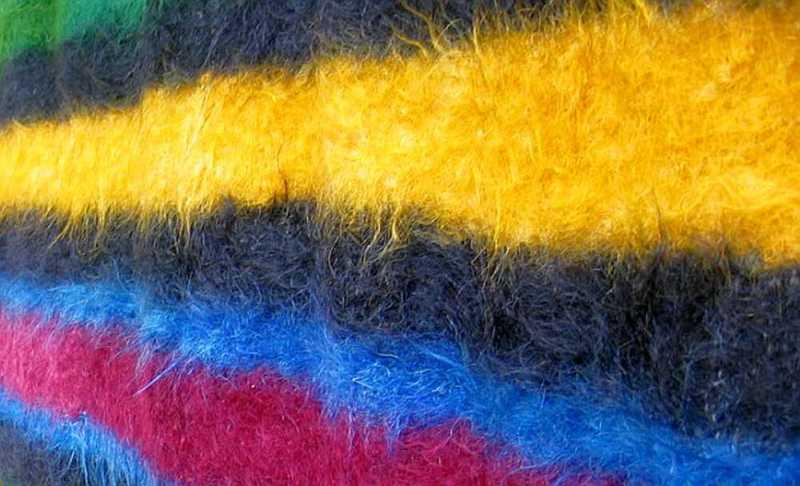 Уникалните забърдовски халища с ярки цветове