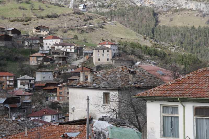 Селото е сгушено сред красиви баири и куп пещери.