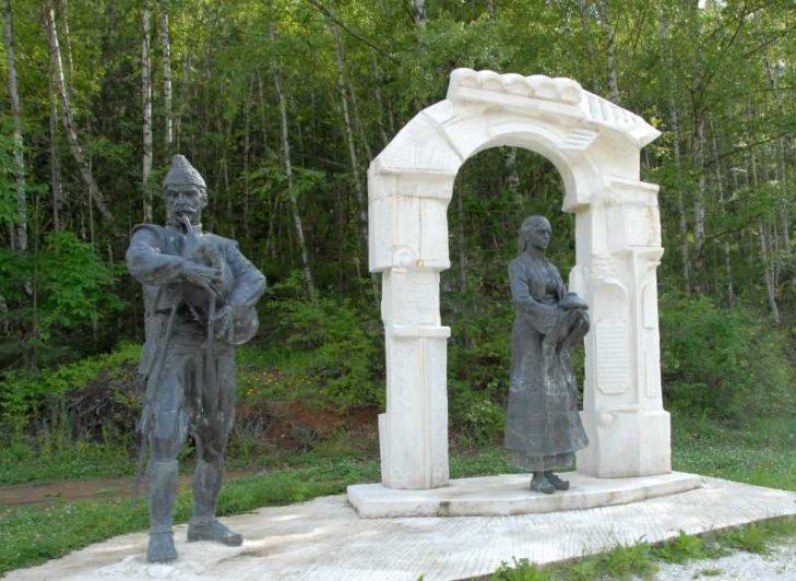 """От статуята на родопското гостоприемство започва пътя към Забърдо и """"Чудните мостове"""""""