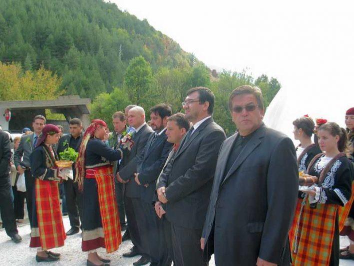 Политици и гости събра откриването на скулптурата на родопското гостоприемство.