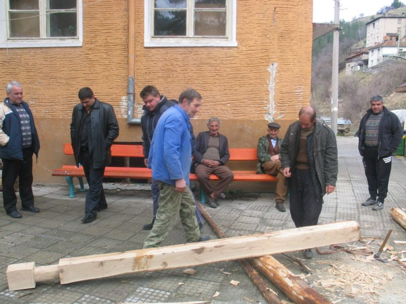 Момент от подготовката за направата на Забърдовското колело.