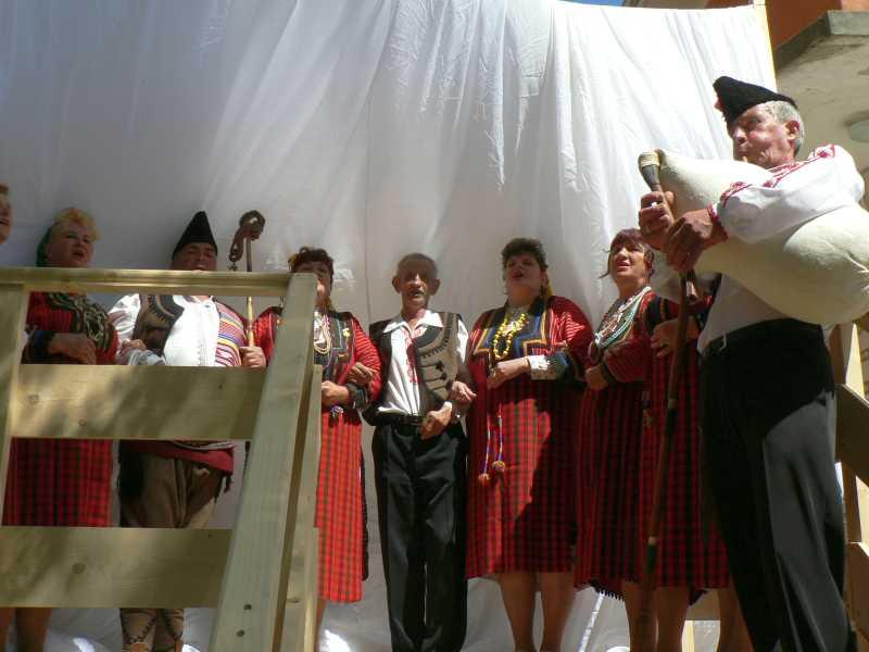 Евробабите с песен за откриването на старобългарската юрта.
