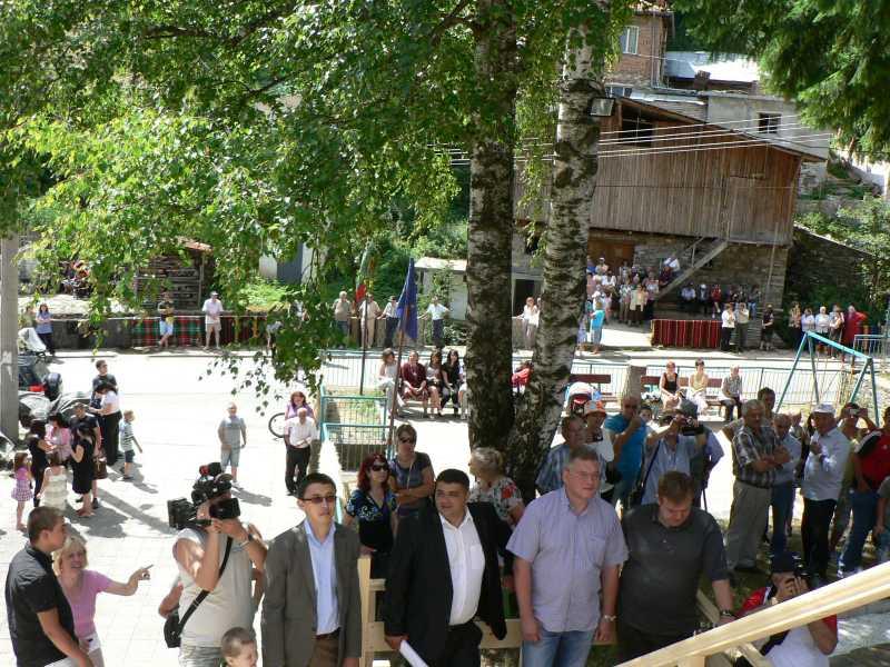 Всяка от атракциите в Забърдо се открива с песен и много гости.