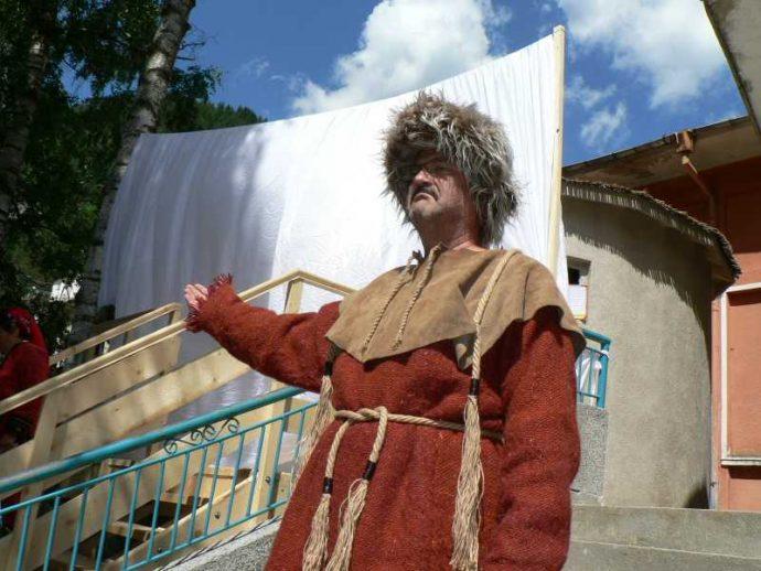 Облечен като прабългарин родопчанин приветства откриването на юртата