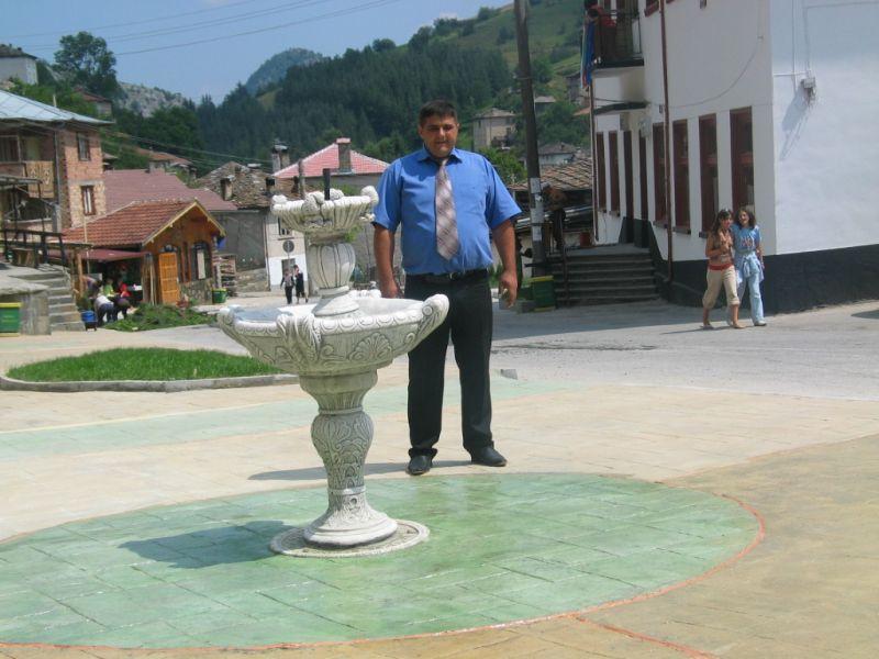 Валентин Черпоков на откриването на площада в селото, направен с щампован бетон.