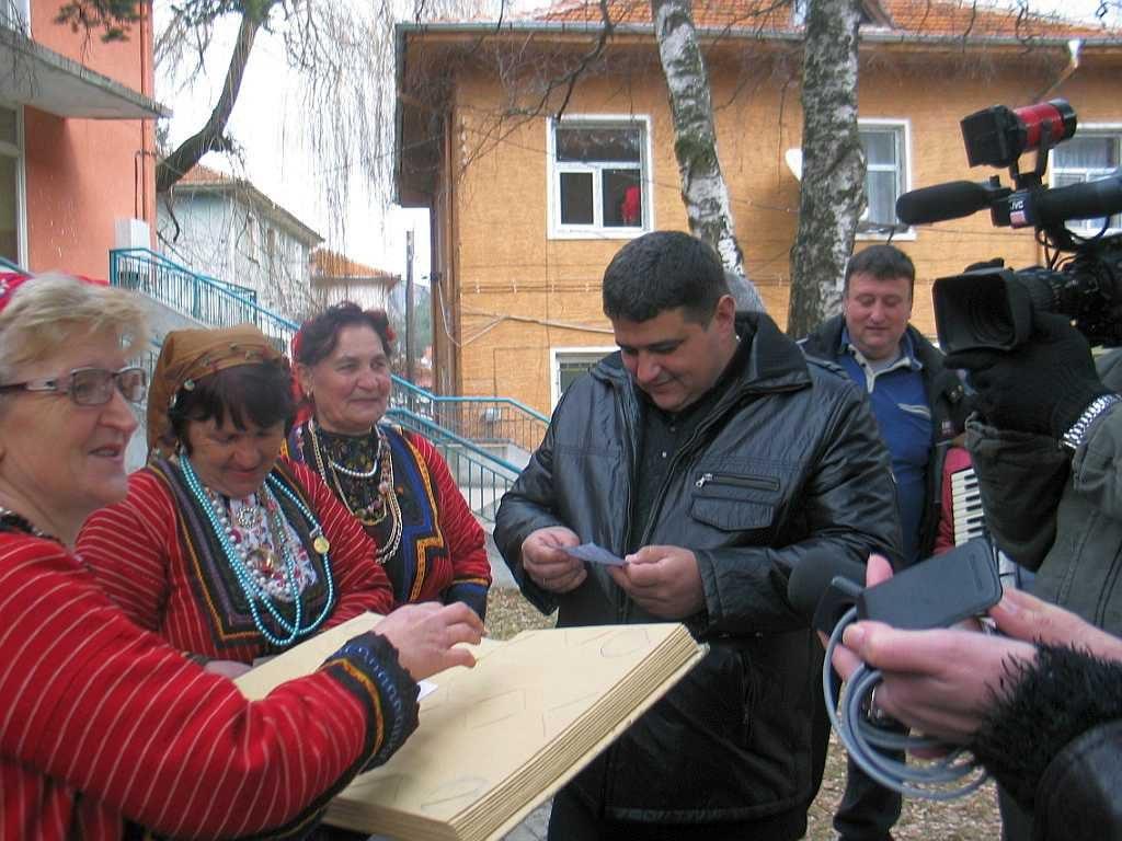 Кметът Валентин Черпоков прочита пред медиите посланията оставени от влюбени в Банка за любовни пожелания